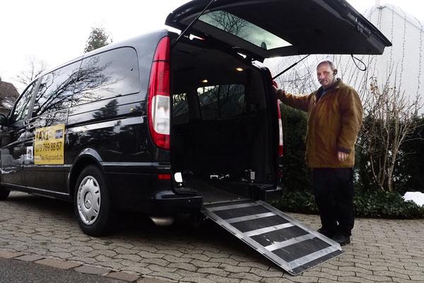 Invaliden-Taxi: Rampe für Rollstuhl-Transporte