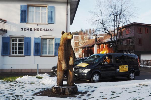 Taxi Bäretswil mit Bär vor dem Gemeindehaus Bäretswil